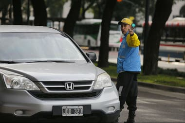 Agentes de tránsito informan a los automovilistas
