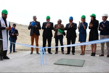 El gobernador tucumano, Juan Manzur, junto a representantes de la Compañía Azucarera Los Balcanes, Jorge Rocchia Ferro, Catalina Lonac y Catalina Rocchia Ferro.