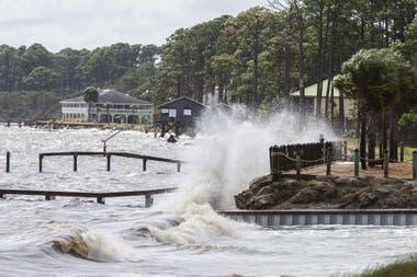 Se estima que el huracán tocará tierra hoy a la altura de Florida, los habitantes están tapiando puertas y ventana y comienzan a autoevacuarse