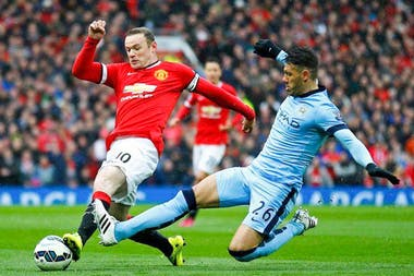 Martín Demichelis jugando ante Rooney el clásico de Manchester