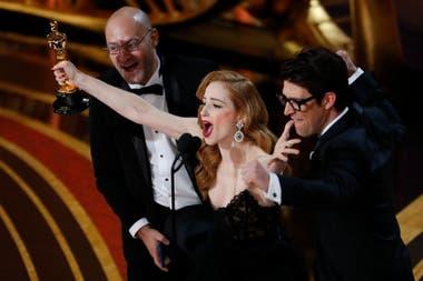 Guy Nattiv y Jaime Ray Newman aceptan el Oscar de Mejor Cortometraje Live Action, por Skin