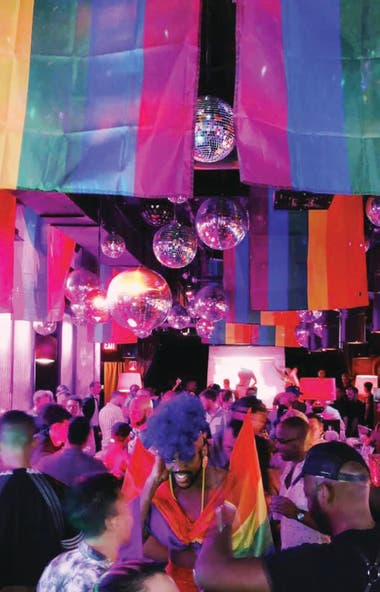 Los colores de la bandera del movimiento LGBT se multiplican en Industry Bar.