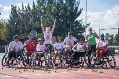 Una postal de 2018: parte de los jugadores que compitieron en el torneo de tenis adaptado en Cañuelas.