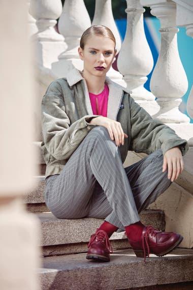 Campera de corderoy grueso con corderito en el interior (Adidas Originals), blusa de seda lavada (Giesso), pantalón tizado (Vitamina) y abotinados con suela tractor (Blaquè)