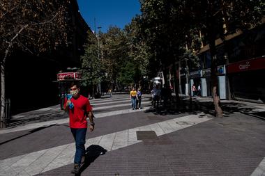 Un peatón lleva barbijo mientras camina por el paseo peatonal Ahumada, en Santiago de Chile, el 2 de abril de 2020