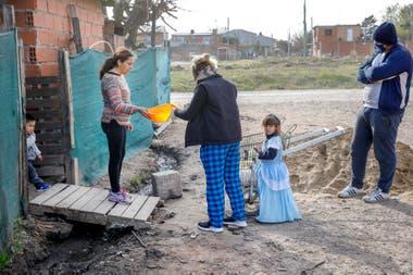 Los vecinos entregan los recipientes previamente para que sean sanitizados