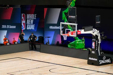 """""""Whole new game"""", """"todo un juego nuevo"""", es el eslogan de la NBA en esta reanudación, en la que no habrá espectadores en las gradas pero sí imágenes de televidentes en las pantallas gigantes adjuntas a las canchas."""