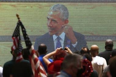 Una pantalla gigante fue instalada en las afueras de la capilla para transmitir el discurso de Obama