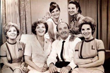 Mujica junto al elenco de la telenovela El amor tiene cara de mujer