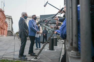 Claudio Tapia y Víctor Blanco atienden a la prensa en la explanada de la Casa Rosada, luego de la reunión mantenida con ministros del Gobierno.