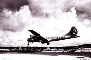 El Boeing B-29 Superfortress Enola Gay aterriza en la base aérea de Tinian en las Islas Marianas después de la misión de bombardeo atómico en Hiroshima