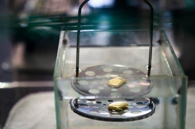 El oro es pesado en una joyería de Itaituba