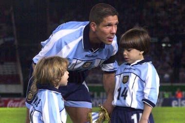 """A la derecha de la imagen, Giovanni Simeone, con 6 años en el Monumental, el día que su padre cumplía 100 partidos en la selección argentina; el """"Cholo"""" les transmitió a sus hijos la pasión por los colores"""