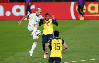 Leandro Paredes no tuvo un buen partido ante Ecuador, en la Bombonera; la selección ofreció ventajas en la conformación de su medio campo
