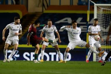 El gol de los Wolves: Jiménez ya remató, la pelota se desviará en la cabeza de Philips y descolocará al arquero