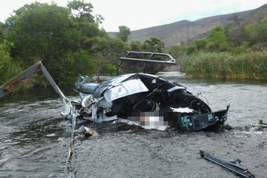 Las primeras fotos tomadas en el lugar del hecho muestran al helicóptero en el que viajaba el banquero destruido, en el agua