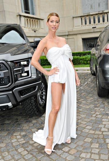 Nicole Neumann lució un vestido blanco con cuello strapless que dejaba al descubierto una de sus piernas
