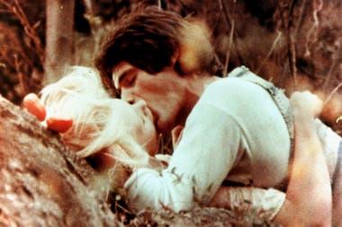 Marina Magalí, quien cumplió 16 años durante el rodaje, como Griselda, y Juan José Camero como Nazareno Cruz, en una de las más recordadas escenas de la película