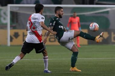 Ze Rafael domina la pelota; Ignacio Fernández mira; River precisa ganarle por tres goles de diferencia a Palmeiras para llegar a la final de la Libertadores.