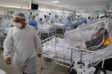 En esta foto de archivo tomada el 20 de mayo de 2020, los trabajadores de la salud y los pacientes permanecen en la Unidad de Cuidados Intensivos por Covid-19 del Hospital Gilberto Novaes en Manaos, Brasil