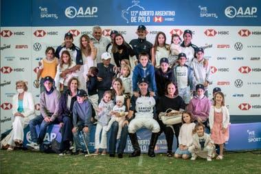 Un clásico de la década de La Dolfina: el podio ganador y con las familias
