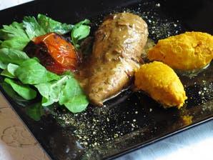 Pechugas livianas con puré de zapallo y tomate asado