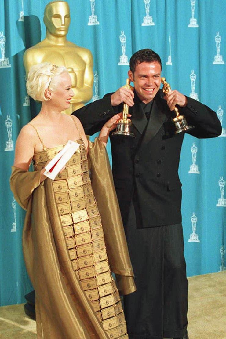 La actriz Lizzy Gardiner lució un conjunto realizado con tarjetas de crédito -que fueron otorgadas especialmente por la empresa con dígitos falsos- y alcanzó el limbo del disfraz en los Oscar de 1995; la pieza fue subastada cuatro años después