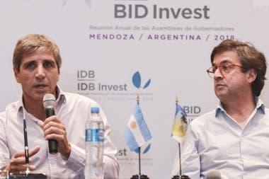 Luis Caputo, Ministro de Finanzas, y Luis Moreno, del BID, en una conferencia que dieron en marzo