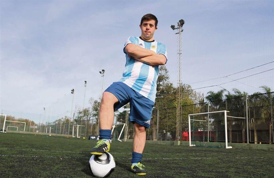 Lo llaman Messi y juega al fútbol desde los 7 años; representa a la Argentina en una competencia paralela de la FIFA