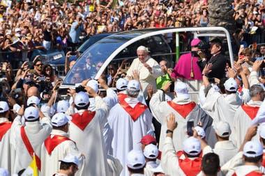 El Papa fue aclamado en su arribo a Sicilia