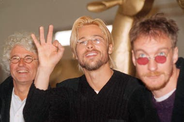 Brad Pitt junto al director del film, Jean Jacques Annaud, (izq.) y al actor David Thewlis (der.)