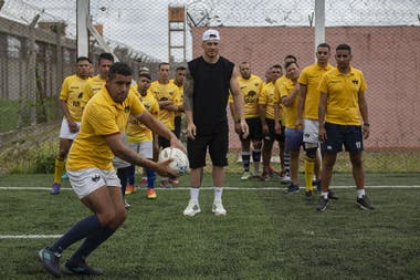 La visita de los All Blacks al penal de San Martin: en el centro, Sonny Bill Williams