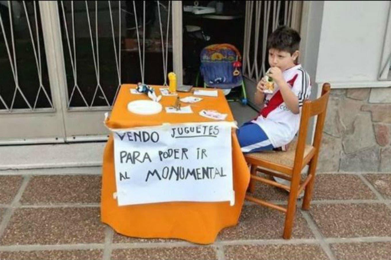 El nene que puso sus juguetes a la venta para conocer el Monumental se hizo viral y recibió una buena noticia