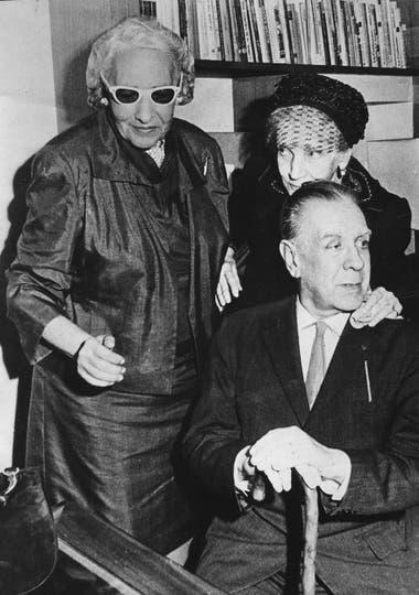 Jorge Luis Borges y su madre, Leonor Acevedo, con Victoria