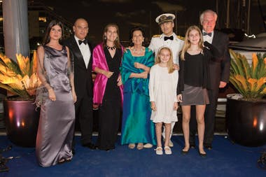 Vestido con el uniforme de gala de su abuelo materno, el capitán de navío Enrique Green, Iturrioz posa con su familia.
