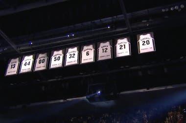 La primera camiseta de un argentino retirada en la NBA: la 20 de Manu Ginóbili ahora brilla en lo más alto del estadio texano, junto a las de David Robinson, Tim Duncan, George Gervin y otras cinco glorias de San Antonio Spurs.