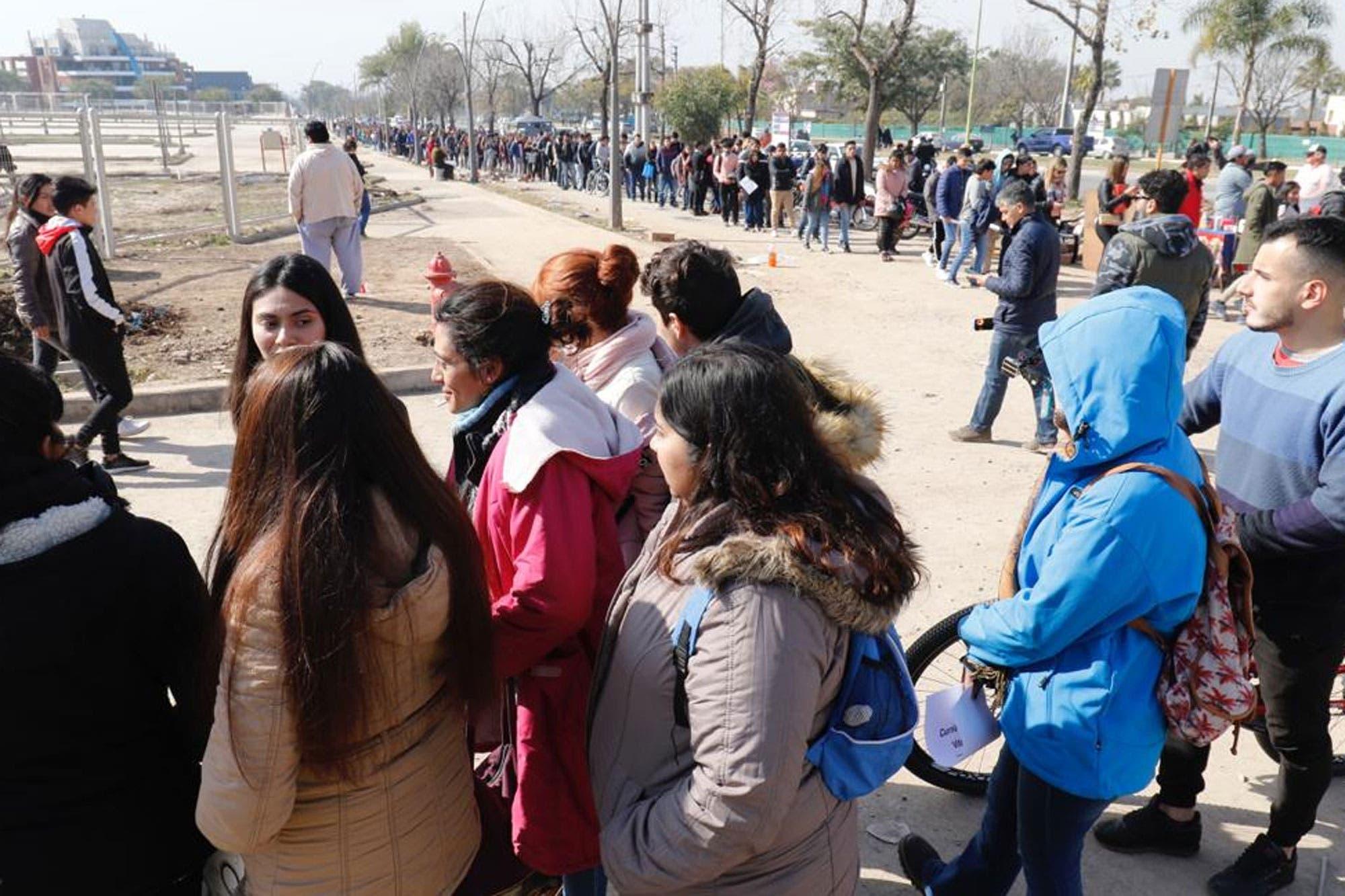 Resultado de imagen para filas para entregar curriculum en gomez pardo tucuman