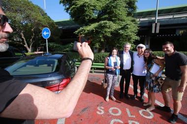 Fernández y un grupo de seguidores a la salida de Barajas