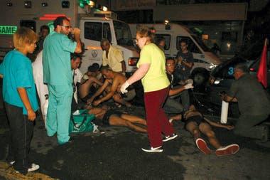 Los equipos médicos trabajando afuera de Cromañón en la madrugada del 31 de diciembre de 2004