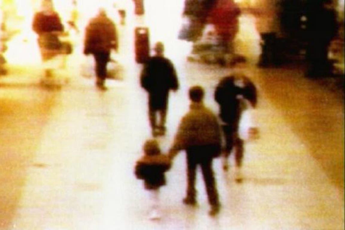 Filmaciones de seguridad muestran cómo Thompson y Venables se llevaron a Bulger