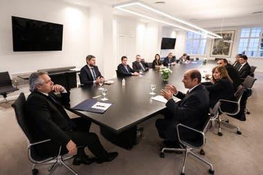 El presidente Alberto Fernández encabeza una reunión con miembros del gabinete y representantes de las cámaras del sector del turismo y la gastronomía