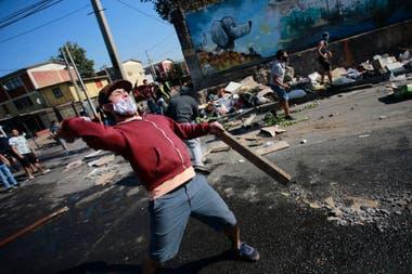 Manifestantes en las zonas vulnerables en Santiago reclaman por falta de comida y trabajo