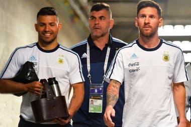 El Kun Agüero y Leo Messi, compinches adentro y afuera de la cancha, se juntaron hoy durante una emisión en vivo del delantero de Manchester City, fanático de los videjouegos.