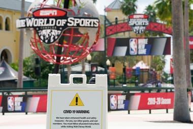 El espectacular complejo deportivo de ESPN tiene 94 hectáreas dentro del predio de Disney World cercano a Orlando; allí, en un lugar hoy casi desierto de personas, están los hoteles, gimnasios, lavanderías y peluquerías donde los basquetbolistas pasan sus días en el tramo final del campeonato de NBA