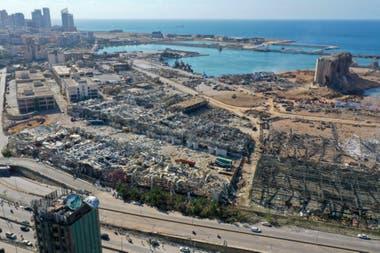 Una vista aérea muestra el daño masivo hecho a los silos de granos del puerto de Beirut tras las explosiones de ayer