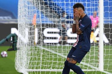 Neymar tuvo dos muy buenas ocasiones de marcar en el primer tiempo