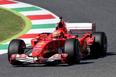 Mick Schumacher conduce el Ferrari F2004 de su padre Michael Schumacher durante una exhibición antes del grupo de carreras.