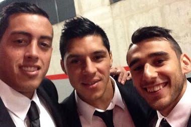 Con Enzo Pérez y el Toto Salvio, dos de los argentinos con los que compartió plantel durante un año en Benfica