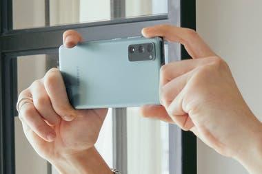 El Galaxy S20 FE tiene 3 cámaras traseras: una lente normal, un gran angular y un zoom 3x