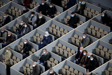 Par protocole, Roland Garros autorise un maximum de 1000 spectateurs par jour; ici, dans leurs boîtes respectives